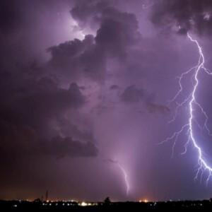 雷でテレビが映らない?状況確認と対策方法は?